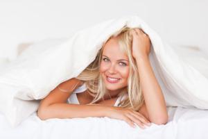 Bettdecke mit Blondine