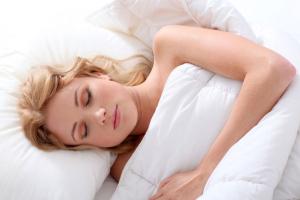 Bettdecke mit schlafender Frau